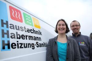 Anna & Mathias Habermann am Auto